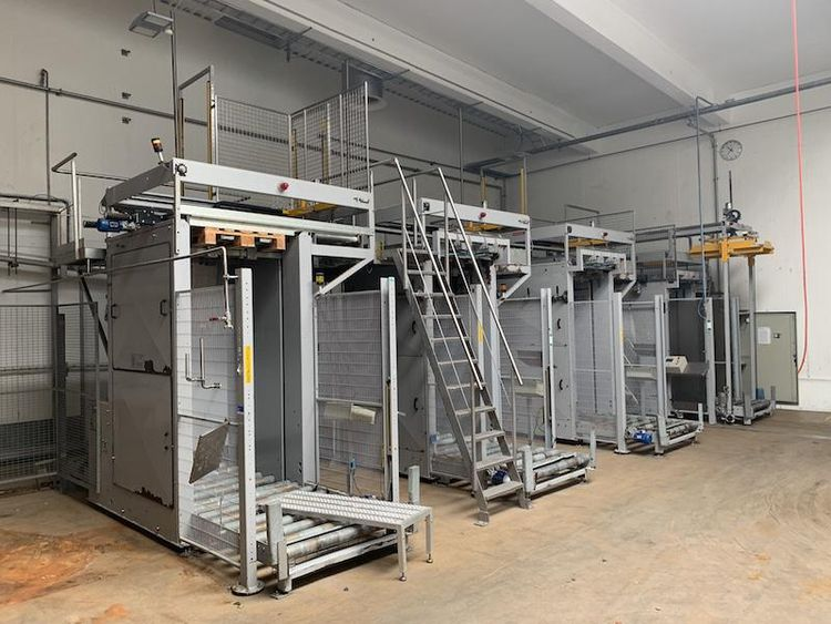 PALLET STACKING SYSTEM WITH CONVEYOR