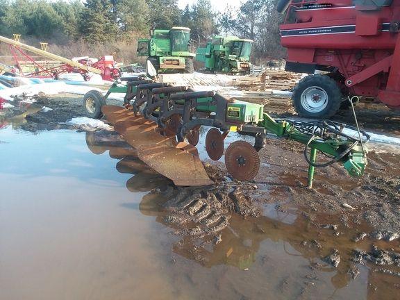 John Deere 2810 Moldboard Plows