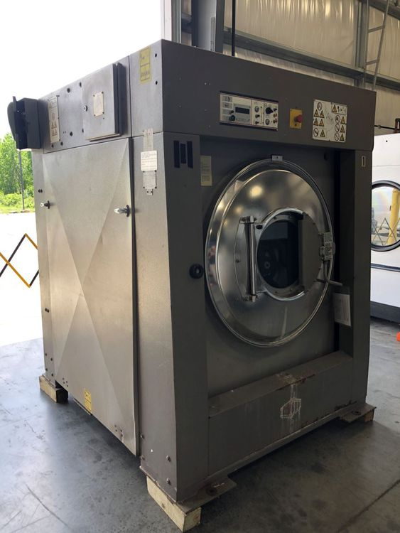 Milnor 36030F8J 110 Open Pocket Washer Extractor