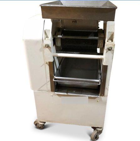 Almond rubbing machine