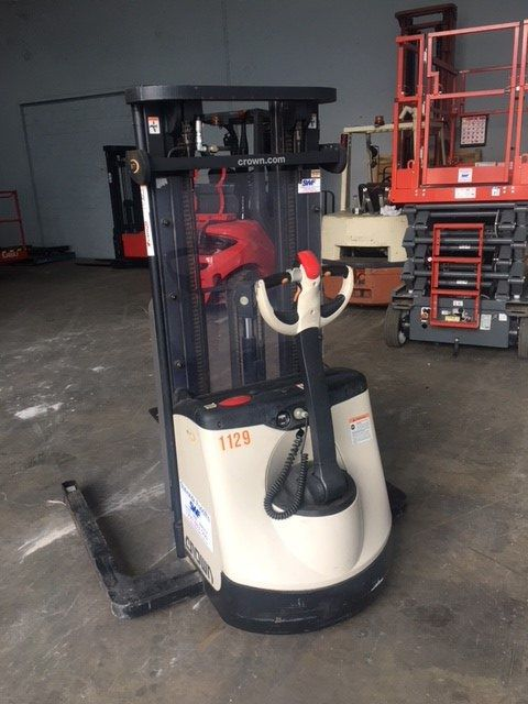 Crown Electric Straddle Stacker 1000kg lift cap