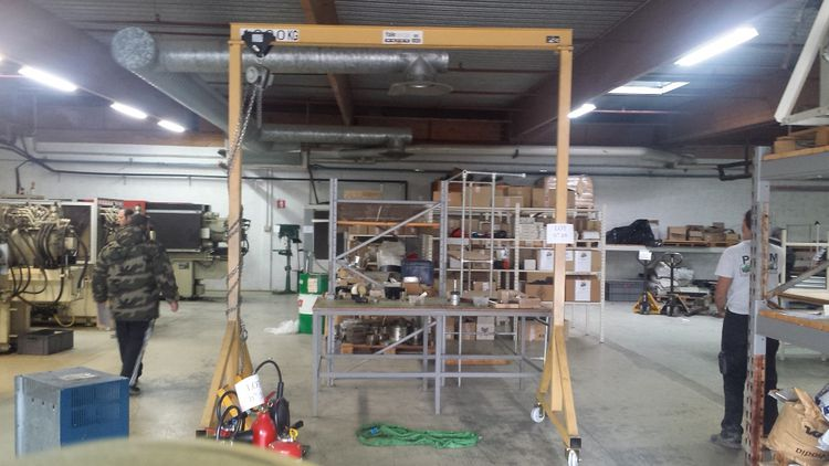 Yale Mobile gantry in yellow metal